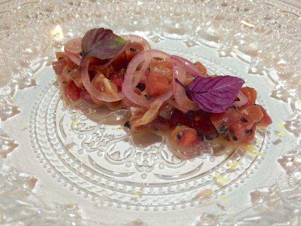 Tartar de atún rojo de almadraba con granada y cebollitas rojas encurtidas. Mesón El Granaino. Chef Odón Martínez.