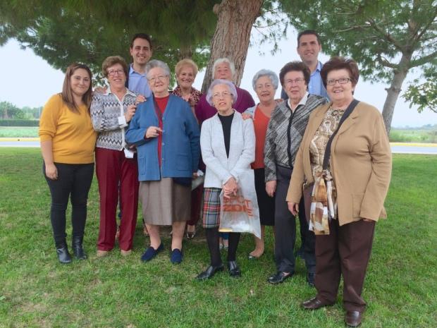 Asociación Amas de Casa de Catral con el Alcalde y Concejal de Agricultura. Foto: @elviraalmodovar